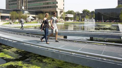 Campus studenten op loopbrug